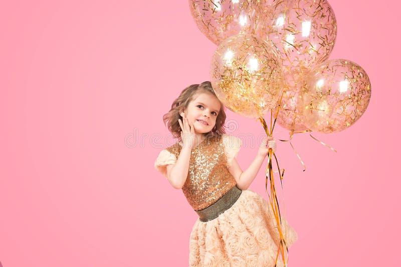 Vrolijk feestelijk meisje met bos van ballons royalty-vrije stock foto's
