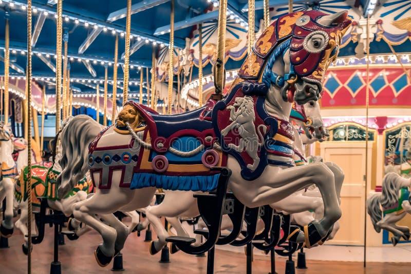 Vrolijk ga om dichte omhooggaand van het Carrousel uitstekende paard royalty-vrije stock fotografie