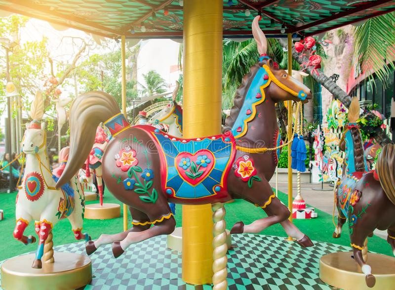 Vrolijk ga rond of carrouselpaard in circusfestival stock foto