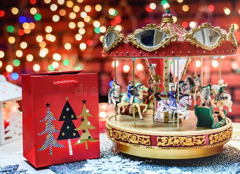 Vrolijk ga rond en Kerstmis Huidig op de kleurrijke achtergrond stock foto
