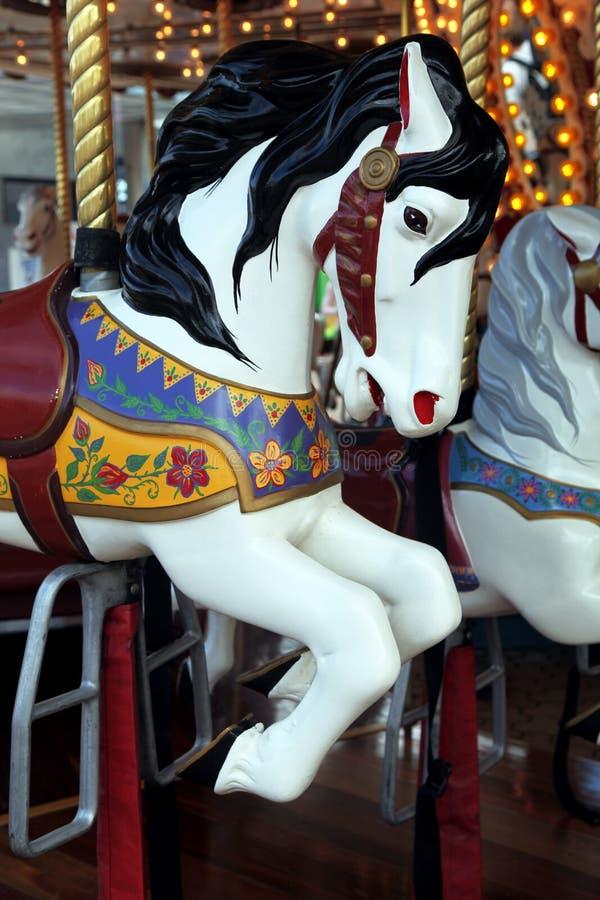 Vrolijk-gaan-rond paard stock foto's
