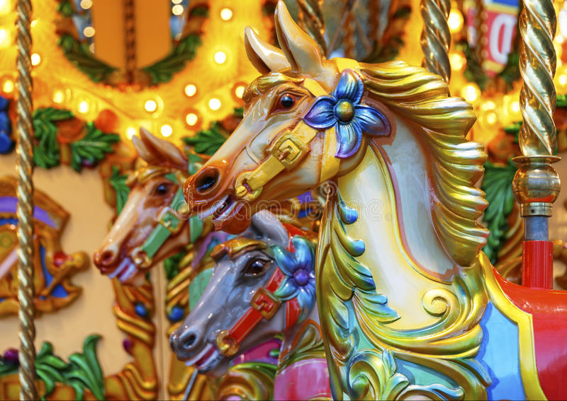 Vrolijk-gaan-rond paarden royalty-vrije stock foto