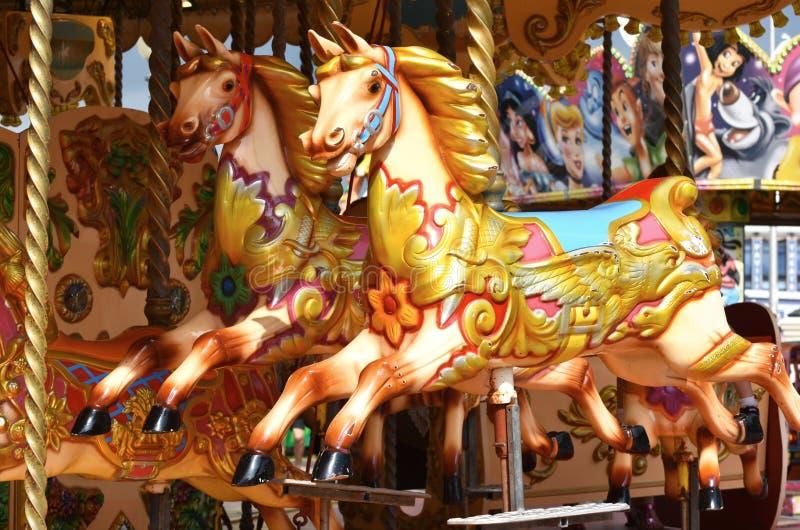 Vrolijk-gaan-rond paarden stock foto