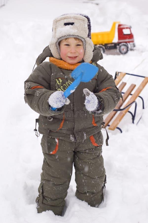 Vrolijk geniet weinig jongen van de winter stock fotografie
