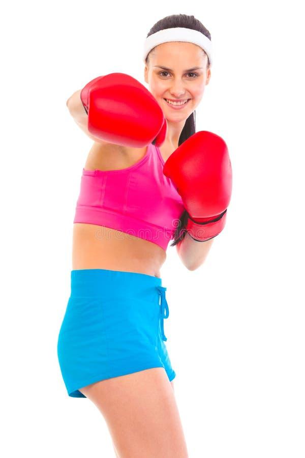 Vrolijk geschikt jong meisje in bokshandschoenenponsen stock foto