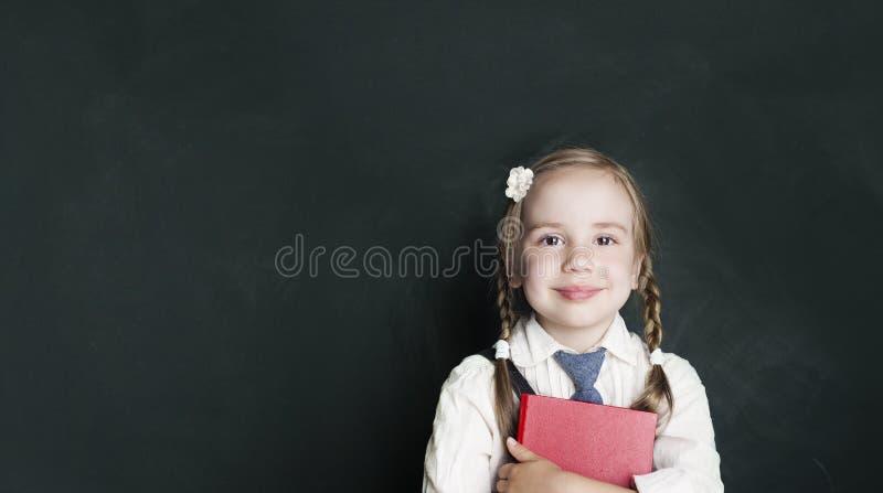 Vrolijk glimlachend meisje op een groene achtergrond royalty-vrije stock foto