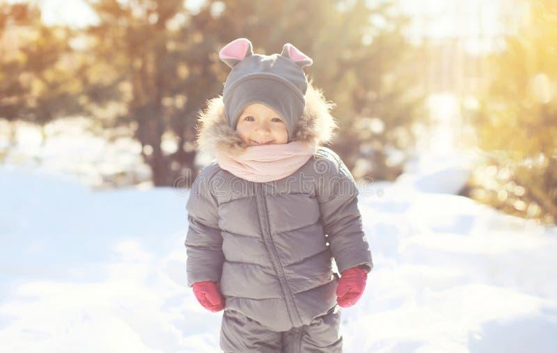 Vrolijk glimlachend weinig kind die in de winter lopen stock afbeeldingen