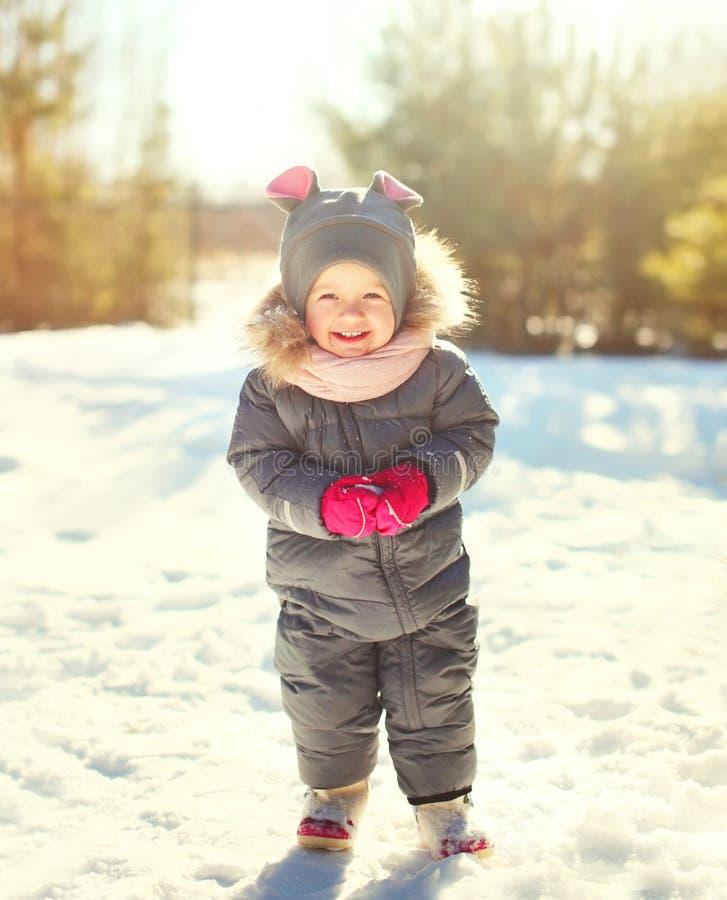 Vrolijk glimlachend weinig kind die in de winterdag spelen royalty-vrije stock afbeelding