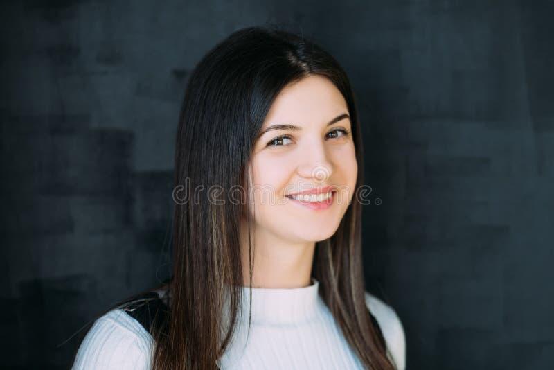 Vrolijk het glimlachen gelukkig emotioneel meisjesportret stock foto