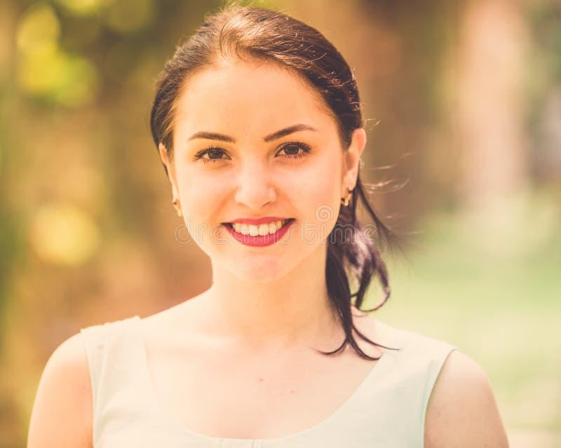 Vrolijk het glimlachen jong vrouwenportret in in openlucht stock afbeeldingen