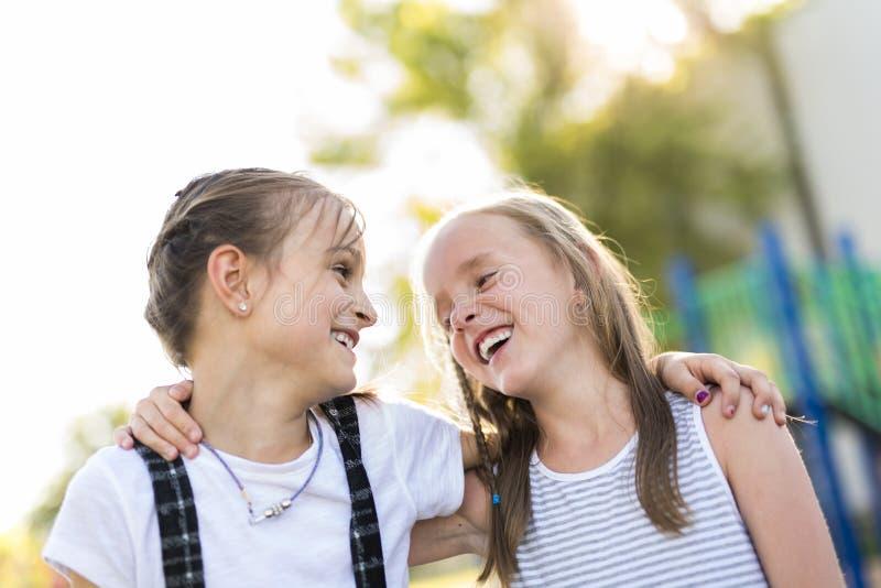 Vrolijk het kindspel van de schoolleeftijd op speelplaatsschool stock fotografie