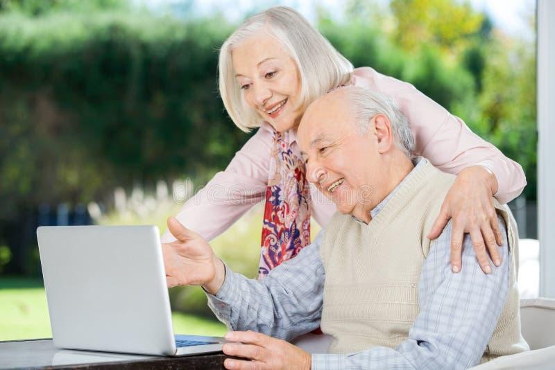 Vrolijk Hoger Paar dat Laptop met behulp van royalty-vrije stock foto