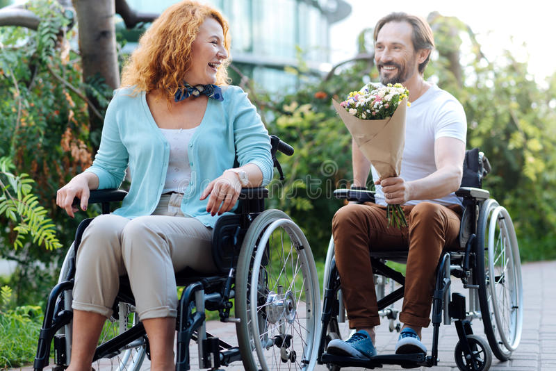 Vrolijk hoger paar die een wlak in de rolstoelen hebben stock fotografie