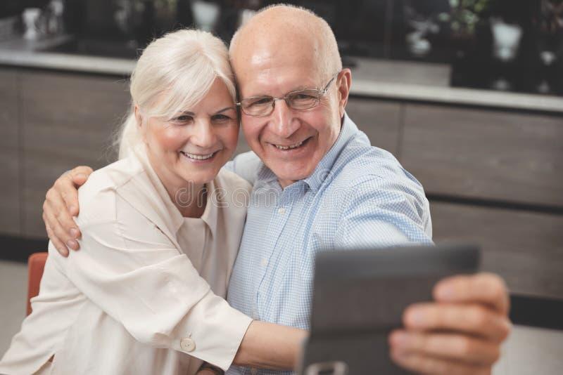 Vrolijk hoger paar die selfie nemen royalty-vrije stock foto's