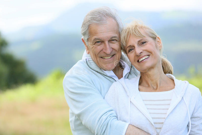 Vrolijk hoger paar die van tijd in openlucht genieten royalty-vrije stock foto
