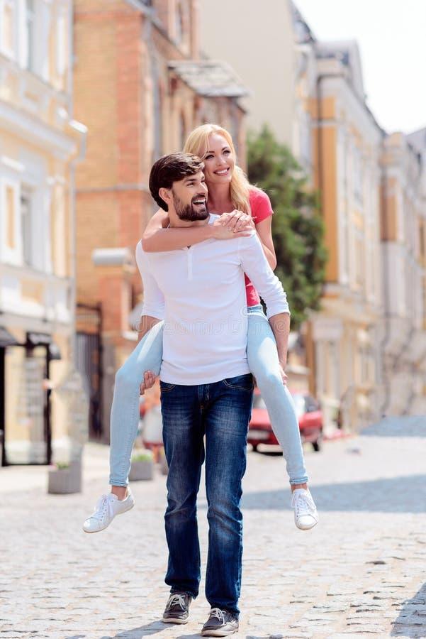 Vrolijk houdend van paar die van gang in stad genieten royalty-vrije stock fotografie