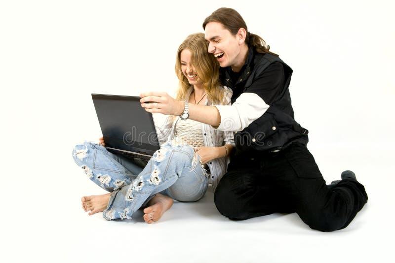 Vrolijk houdend van paar met laptop stock foto