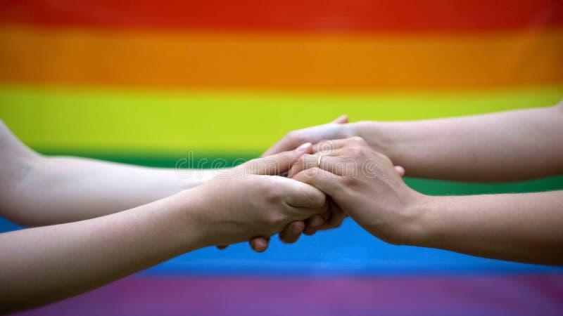 Vrolijk huwelijk, regenboogvlag op achtergrond, zelfde-geslachtshuwelijk, minderheden rechten royalty-vrije stock foto