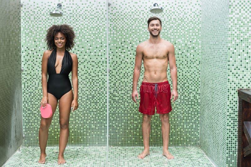 Vrolijk jeugdig paar die schoonmakend lichaam in irrigatie genieten van royalty-vrije stock fotografie