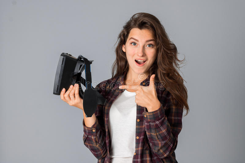 Vrolijk jong donkerbruin meisje die virtuele werkelijkheidsglazen testen royalty-vrije stock foto