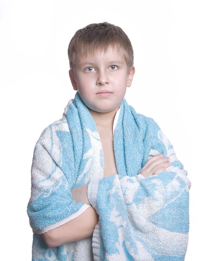 Vrolijk jong geitje in badhanddoek royalty-vrije stock foto's