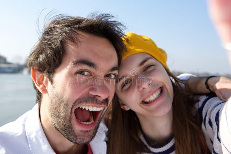 Vrolijk jong glimlachend paar die selfie nemen royalty-vrije stock foto's