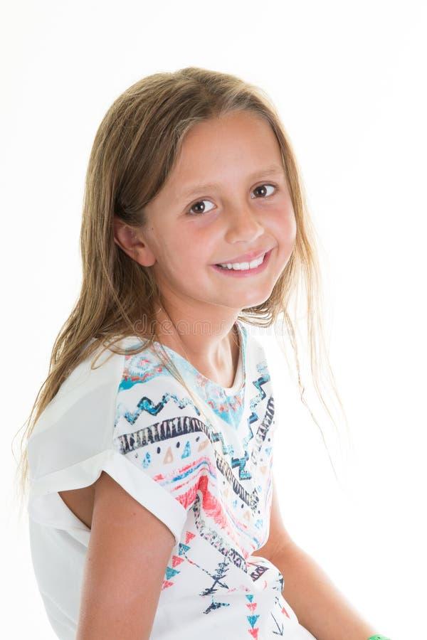 Vrolijk jong meisjesportret in bloemenoverhemd op witte achtergrond stock afbeeldingen