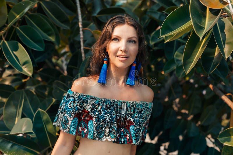 Vrolijk jong modieus vrouwenportret op tropische achtergrond royalty-vrije stock foto