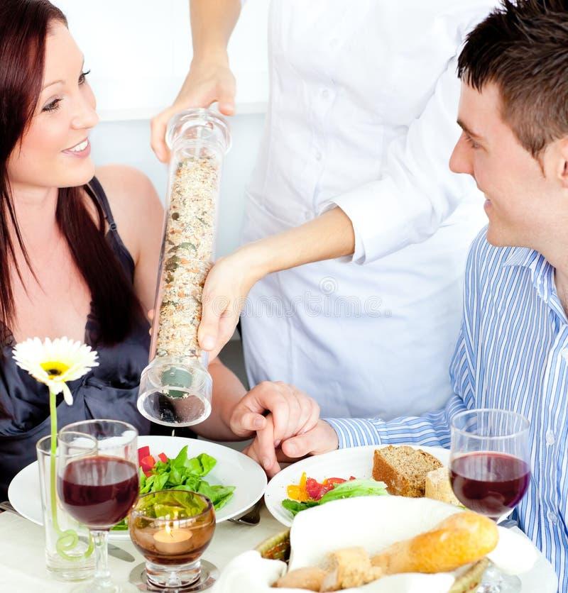 Vrolijk jong paar dat bij het restaurant dineert