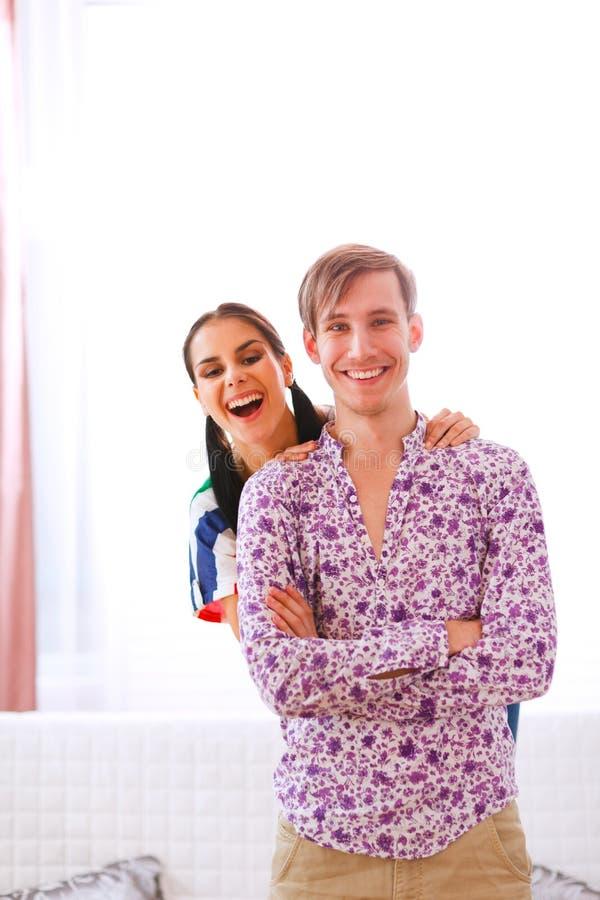 Vrolijk jong paar dat pret heeft thuis stock foto