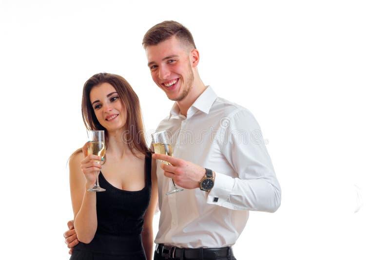 Vrolijk jong paar die pret hebben en champagne drinken royalty-vrije stock foto's