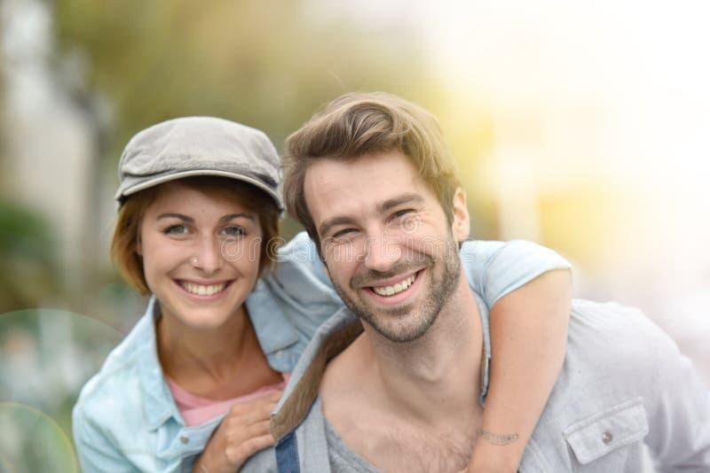 Vrolijk jong paar die in stad genieten van stock fotografie