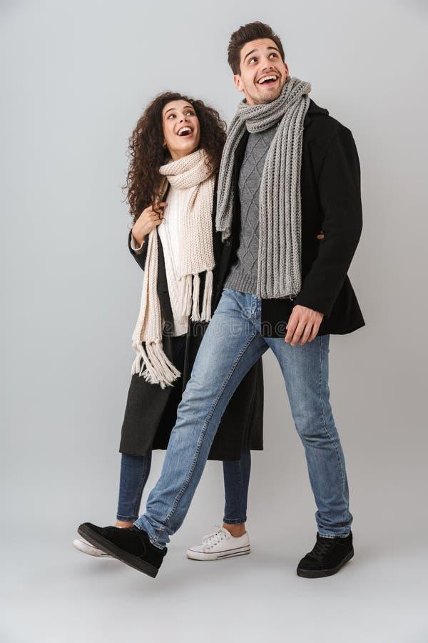 Vrolijk jong paar die sweaters en sjaals dragen stock afbeeldingen
