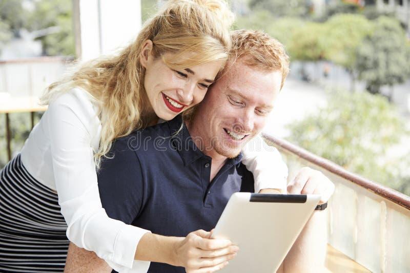Vrolijk jong paar met digitale tablet royalty-vrije stock foto