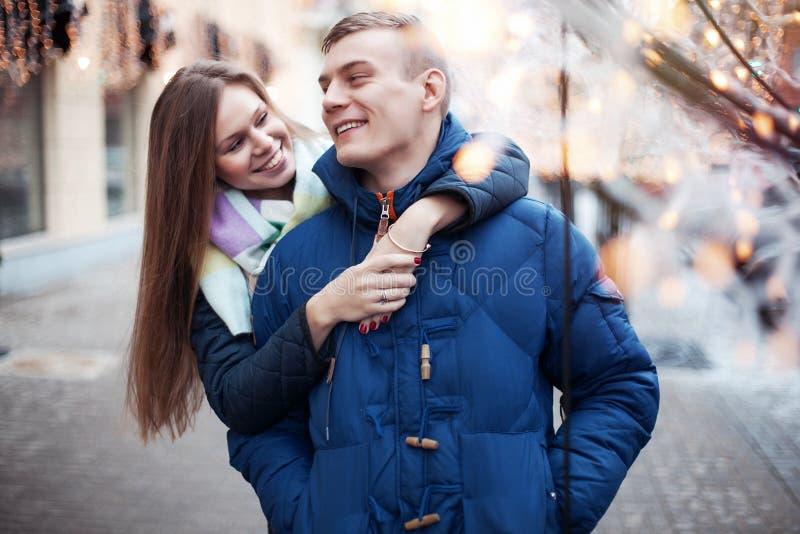 Vrolijk jong paar op een stadsstraat royalty-vrije stock foto's