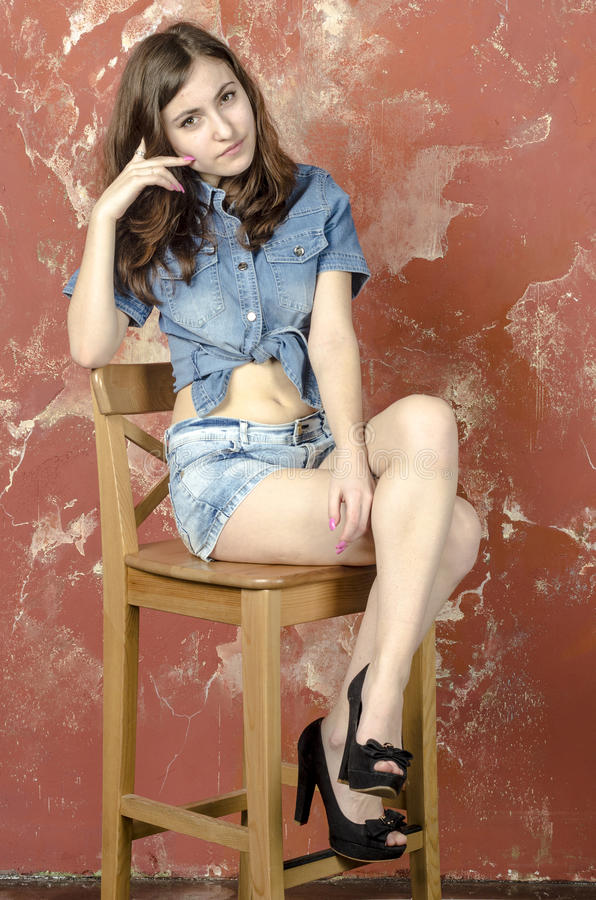 Vrolijk jong tienermeisje in denimborrels stock fotografie