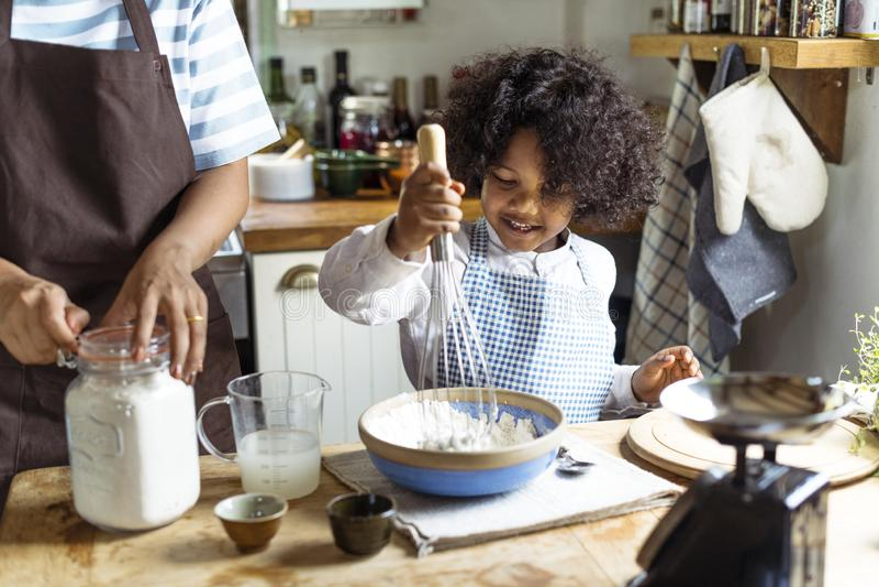 Vrolijk jongensbaksel in de keuken royalty-vrije stock afbeeldingen