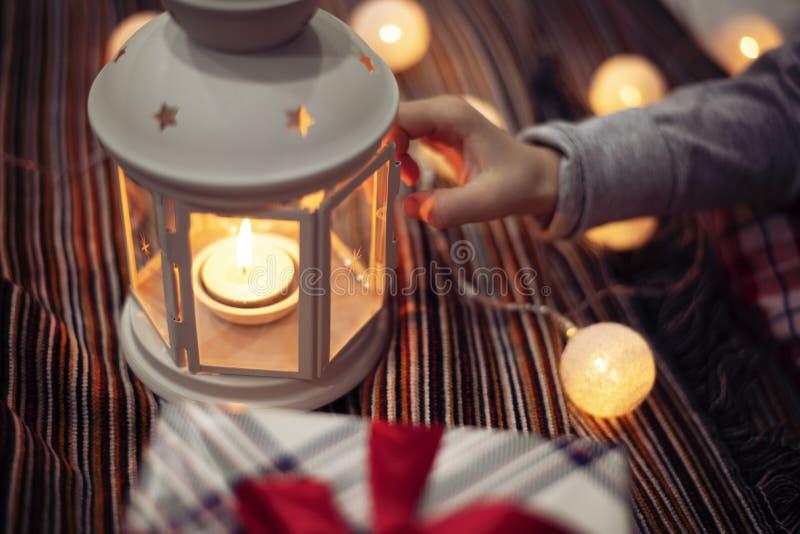 Vrolijk kerstfeest en vrolijke feestdagen! Vakantieconcept voor de winter Kindermeisje houdt een kaarsje vast kerstversiering, stock foto