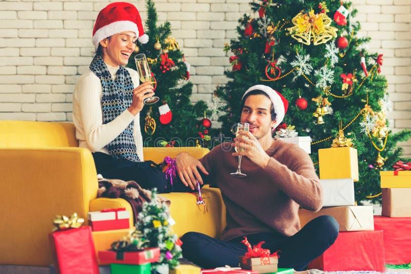 Vrolijk kerstfeest Jonge echtparen vieren en feest nieuwjaar en Kerstmis met cadeau en kerstboom royalty-vrije stock foto's