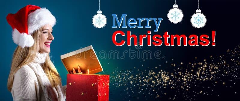 Vrolijk Kerstmisbericht met vrouw die een giftvakje openen stock foto's