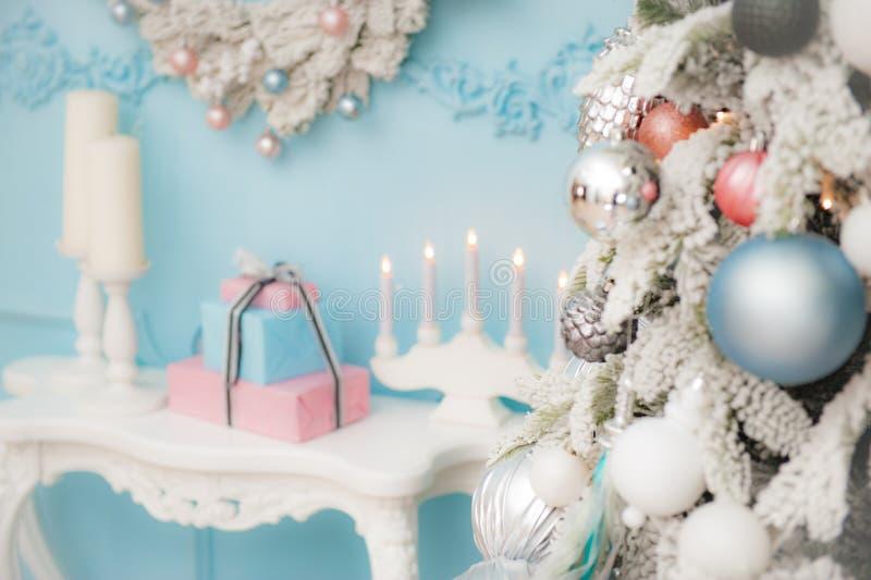 Vrolijk Kerstmisdecor met spar met speelgoedlijst met gift BO stock fotografie