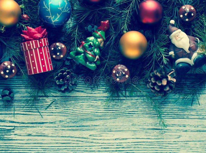 Vrolijk Kerstmiskader met echte houten en kleurrijke snuisterijen stock afbeelding