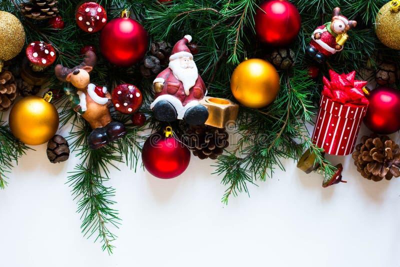 Vrolijk Kerstmiskader met echte houten en kleurrijke snuisterijen royalty-vrije stock foto