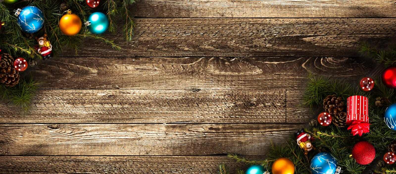 Vrolijk Kerstmiskader met echte houten groene pijnboom en kleurrijke snuisterijen, stock afbeelding