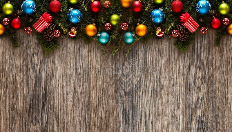 Vrolijk Kerstmiskader met echte houten groene pijnboom en kleurrijke snuisterijen, royalty-vrije stock foto
