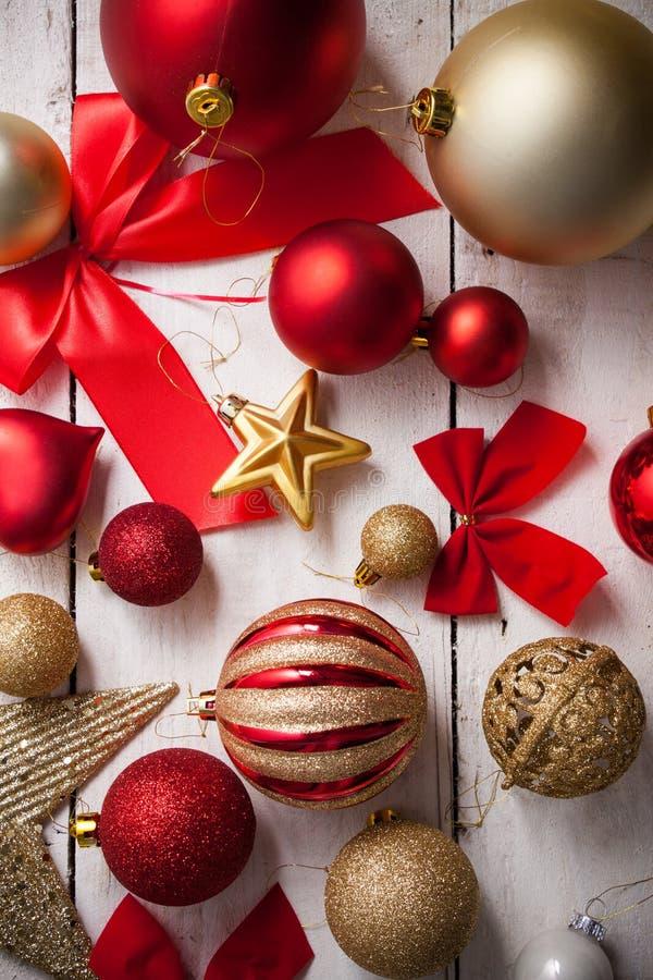 Vrolijk Kerstmiskader met echte houten groene pijnboom, kleurrijke snuisterij royalty-vrije stock afbeeldingen