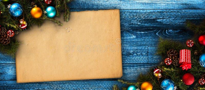Vrolijk Kerstmiskader met echte houten groene pijnboom, kleurrijke snuisterijen, gift boxe en ander seizoengebonden materiaal ove royalty-vrije stock fotografie