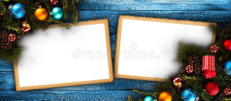 Vrolijk Kerstmiskader met echte houten groene pijnboom, kleurrijke snuisterijen, gift boxe en ander seizoengebonden materiaal ove stock foto