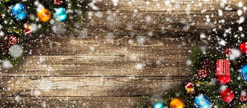 Vrolijk Kerstmiskader met Sneeuw en echte houten groene pijnboom en snuisterijen royalty-vrije stock afbeelding