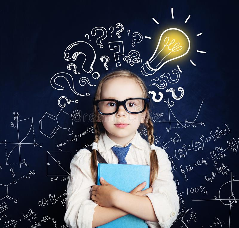 Vrolijk kind bij het bord met lightbulb stock foto
